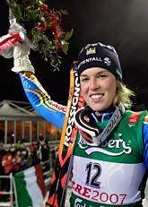 En jublande glad Maria Pietilä Holmner tar emot folkets jubel efter silvermedaljen i storslalom. Foto: Luca Bruno/Scanpix