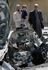 I den här bilen låg en bomb.  Den stod parkerad på en gata utanför Bagdad. Bomben dödade flera människor. Foto: AP/Samir Mizban/Sanpix