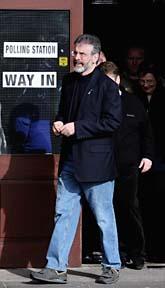 Gerry Adams, en av de politiska ledarna på Nordirland kommer ut ur vallokalen. Foto: AP/Scanpix