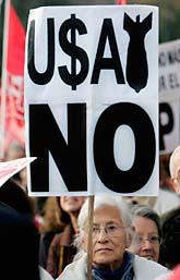 Spanjorer protesterar mot kriget i Irak. Foto. Bernat Armangue/Scanpix