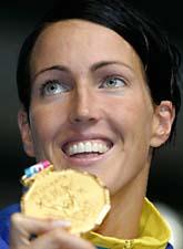 Therese Alshammar med sin senaste guldmedalj. Foto: Mark Baker/AP Photo/Scanpix