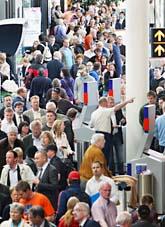 Mycket folk samlas på danska flygplatsen Kastrup när SAS resor ställs in. Foto: John McConnico/AP Photo/Scanpix