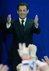 Nicolas Sarkozy jublar efter sin seger i valet. Christophe Ena/Scanpix