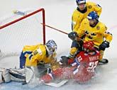 Erik Ersberg i det svenska målet kämar för att hålla pucken borta. Foto: Misha Japaridze/Scanpix