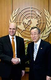 Statsminister Fredrik Reinfeldt skakar  hand med FNs ledare Ban Ki-moon. Foto: Pontus Lundahl/Scanpix