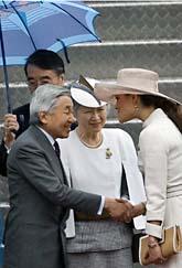 Prinsessan Victoria hälsar den japanske kejsaren välkommen till Sverige. Foto: Anders Wiklund/Scanpix