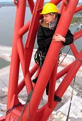 Medlemmar i Greenpeace har klättrat upp i en kran för att protestera mot bygget av en kärnkraftsreaktor i Finland. Foto: Scanpix