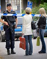Polisen spärrade av flera gator när de letade efter rånarna. Foto: Thomas Oneborg/SvD/Scanpix