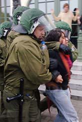 En demonstrant förs bort av tyska poliser. Foto: Frank Hormann/Scanpix