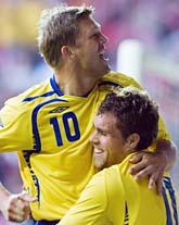 Succéparet Johan Elmander och Marcus Allbäck från matchen i lördags. Mot Island är Elmander avstängd. Blir det Zlatan som tar hans plats? Foto: Anders Wiklund/Scanpix