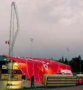 Luftballongen har kraschlandat på Kärrtorps idrottsplats i Stockholm. Foto: Pontus Lundahl/Scanpix