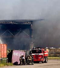 Röken från branden i Norrköping är giftig. De som bor i närheten ska stanna inne och låta bli att öppna fönstren. Foto: Pontus Lundahl/Scanpix