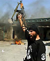 En man från Hamas firar att Hamas har tagit makten i Gaza. Foto: Hatem Omar/AP Photo/Scanpix
