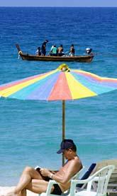 Solen kan ge cancer, men kan kanske skydda från andra sorters cancer. Foto: Apichart Weerawong/AP Photo/Scanpix