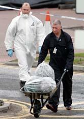 Två experter kör bort saker som ska undersökas efter terrordådet vid flygplatsen i Glasgow. Foto: Scott Heppell/AP Photo/Scanpix