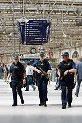 Engelska poliser vaktar en tågstation i Londons centrum. Foto:Lefteris Pitarakis/Scanpix