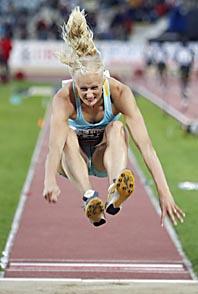 Carolina Klüft slog sitt eget rekord när hon hoppade 6,84. Foto: Dominic Favre/AP Photo/Scanpix