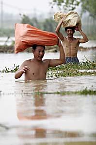 Flera hundra tusen människor har blivit hemlösa efter översvämingarna i Kina. Foto: AP/EyePress/Scanpix