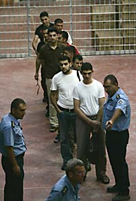 Palestinska fångar släpps ur ett fängelse i Israel på fredagsmorgonen. Foto: AP/Scanpix