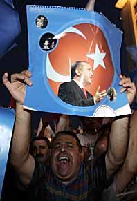 AKPs anhängare firar valsegern i Turkiet. Foto: Murad Sezer/Scanpix