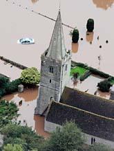 Kyrkan i Tewkesbury är helt omgiven av vatten. Foto: Kirsty Wigglesworth/Scanpix
