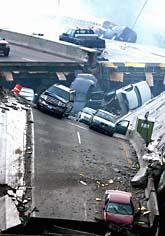 En motorväg går över bron. Många bilar föll ner i vattnet när bron rasade: Foto: Minnesota Daily/Scanpix