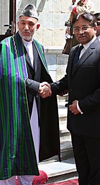 Afghanistans president Hamid Karzai skakar hand med Pakistans president Pervez Musharraf. Foto: AP/Scanpix
