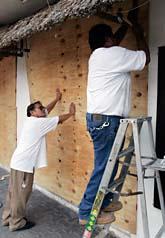 Två män spikar igen sin affär i Tulum i sydöstra Mexiko. Foto: Eduardo Verdugo/AP Photo/Scanpix