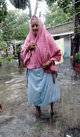 En 72-årig kvinna i Mexiko har fått sitt hem översvämmat efter orkanen Dean. Foto: Gregory Bull/AP Photo/Scanpix