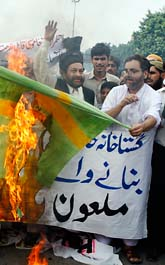 Demonstranter i Pakistan brände en hemgjord svensk flagga och en docka av statsminister Fredrik Reinfeldt. Foto. K.M Chaudary/Scanpix