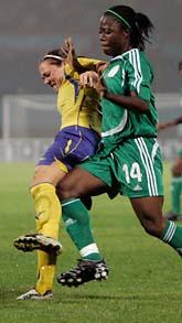 Närkamp mellan Therese Sjögran och Faith Ikidi. Sveriges första VM-match, mot Nigeria, slutade oavgjort, 1–1. Foto Scanpix