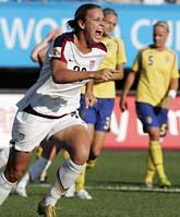 USAs Abby Wambach jublar efter att ha gjort 1-0 på straff. Foto: Lee Jin-man/Scanpix