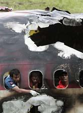 Några räddningsarbetare inne i planet efter kraschen. Foto: Sakchal Lalit/Scanpix