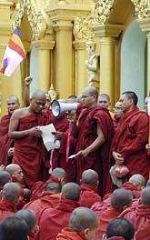 Munkar protesterar mot regeringen i Burma. Foto: AP/Scanpix