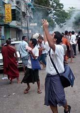 Militären i Burma kastade tårgas mot demonstranterna på onsdagen. Foto: AP Photo