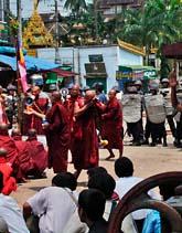 Militärer har spärrat vägen för munkarna. Foto: AP/Scanpix