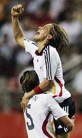 Tyska spelare jublar över mål i VM-finalen. Foto: Julie Jacobson/Scanpix