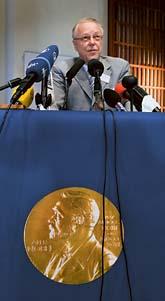 Hans Jörnvall från Nobel-kommittén berättar vilka som får medicin-priset. Foto: Anders Wiklund/Scanpix