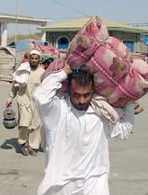 Många människor flyr från sina hem i västra Pakistan efter attackerna som varit de senaste dagarna. Foto: AP Photo/Abdullah Noor