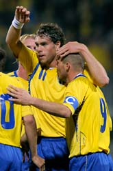 Johan Elmander kramar om Fredrik Ljungberg efter hans mål i matchen mot Liechtenstein. Foto: Janerik Henriksson/Scanpix