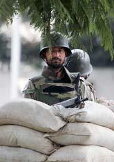 En soldat vaktar presidentens hus i Pakistan. Foto: Scanpix