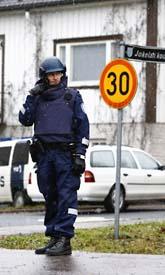 En polis håller vakt utanför Jokelaskolan i Finland. Foto: Seppo Semuli/Scanpix