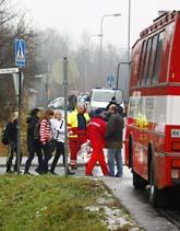 Barn på väg från skolan där en 18-åring sköt ihjäl åtta personer. Foto:Seppo Samuli/Scanpix