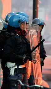 Italienska poliser försöker att stoppa våldsamma demonstranter i Milano. Foto: Alberto Pellaschiar/Scanpix