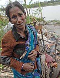 En kvinna i Bangladesh som förlorat sitt hem. Huset har förstörts av cyklonen. Foto: Pavel Rahman/AP/Scanpix