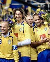 De svenska spelarna firar efter 2-1 segern mot Lettland. Nu är laget klart för EM nästa år. Foto: Tomas Oneborg/SvD/Scanpix