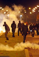 Unga demonstranter i bråk med polisen. Foto: Thibault Camus/Scanpix