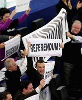 Politiker i EU-riksdagen protesterar. Foto: Christian Lutz/Scanpix