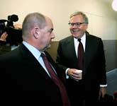 En nöjd Lars-Eric Petersson (till höger) med sin advokat (till vänster). Foto: Bertil Ericson/Scanpix