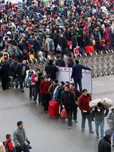 Kineser köar för att komma med ett tåg i staden Guiyang. Kyla och snö har ställt till med stora problem i Kina. Foto: AP/Xinhua Wu Dongjun/Scanpix